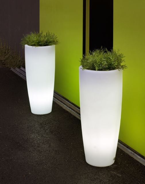 L mparas decorativas de exterior y jard n con luz interior for Lamparas led para jardin